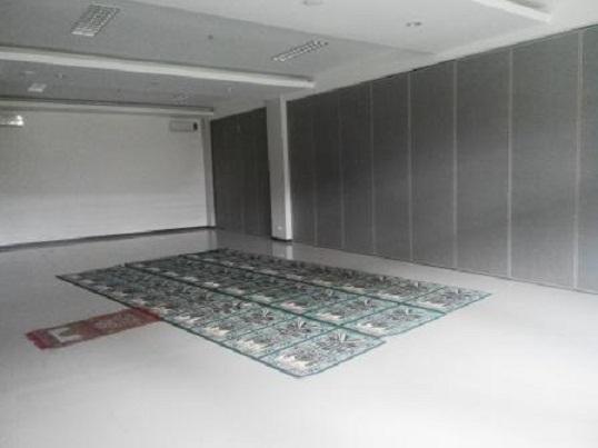 Penyekat ruangan partisi geser lipat Hotel Max One Sukabumi